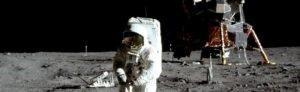 אסטרונאוט על הירח. חלק מכת העלווי עובדים את הירח.